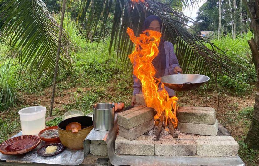 Dia terpaksa meletak dapur kayu pada bahagian yang tinggi kerana ia memerlukan api yang besar.