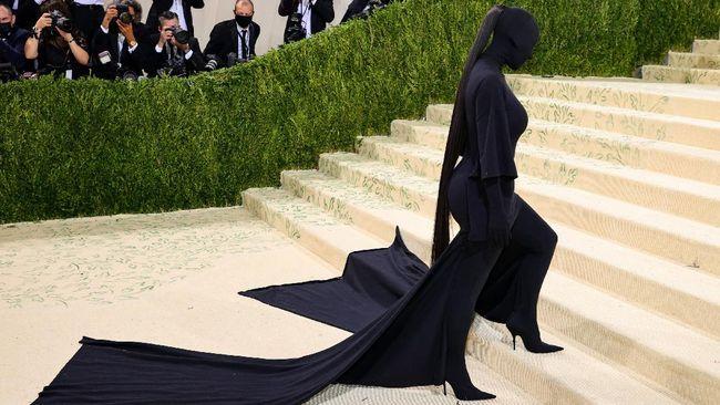 Kim Kardashian tampil dengan busana hitam tanpa wajah menerima pelbagai reaksi peminat daripada seluruh dunia.