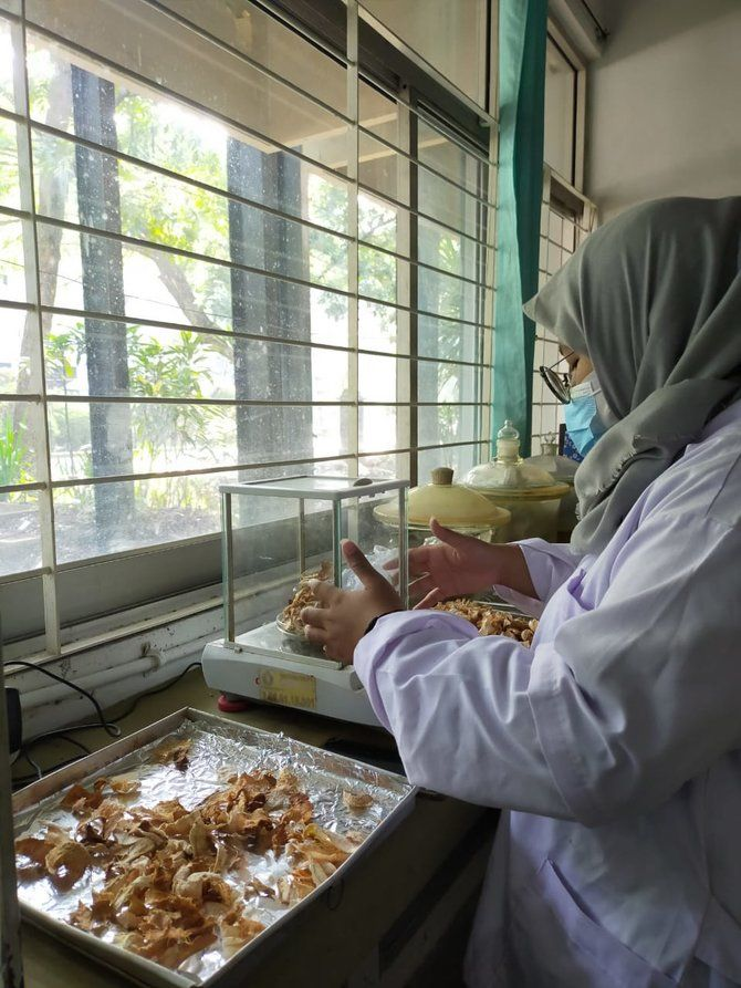 20210929150120-1-mahasiswa-ub-kembangkan-krim-anti-jerawat-berbahan-kulit-durian-003-debby-restu-utomo
